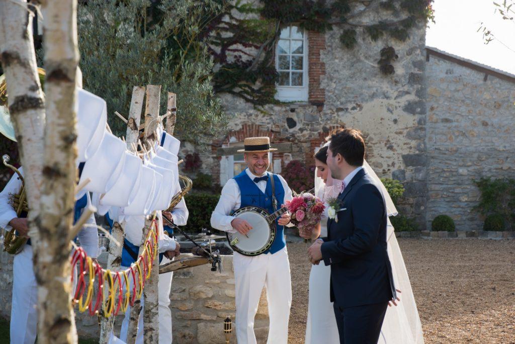 Groupe de jazz mariage - les mariés avec l'orchestre