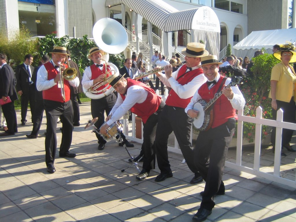 Groupe Dixieland Parade Quintet_Tenue d'orchestre en gilets rouges, noeud papillon et pantalon noirs