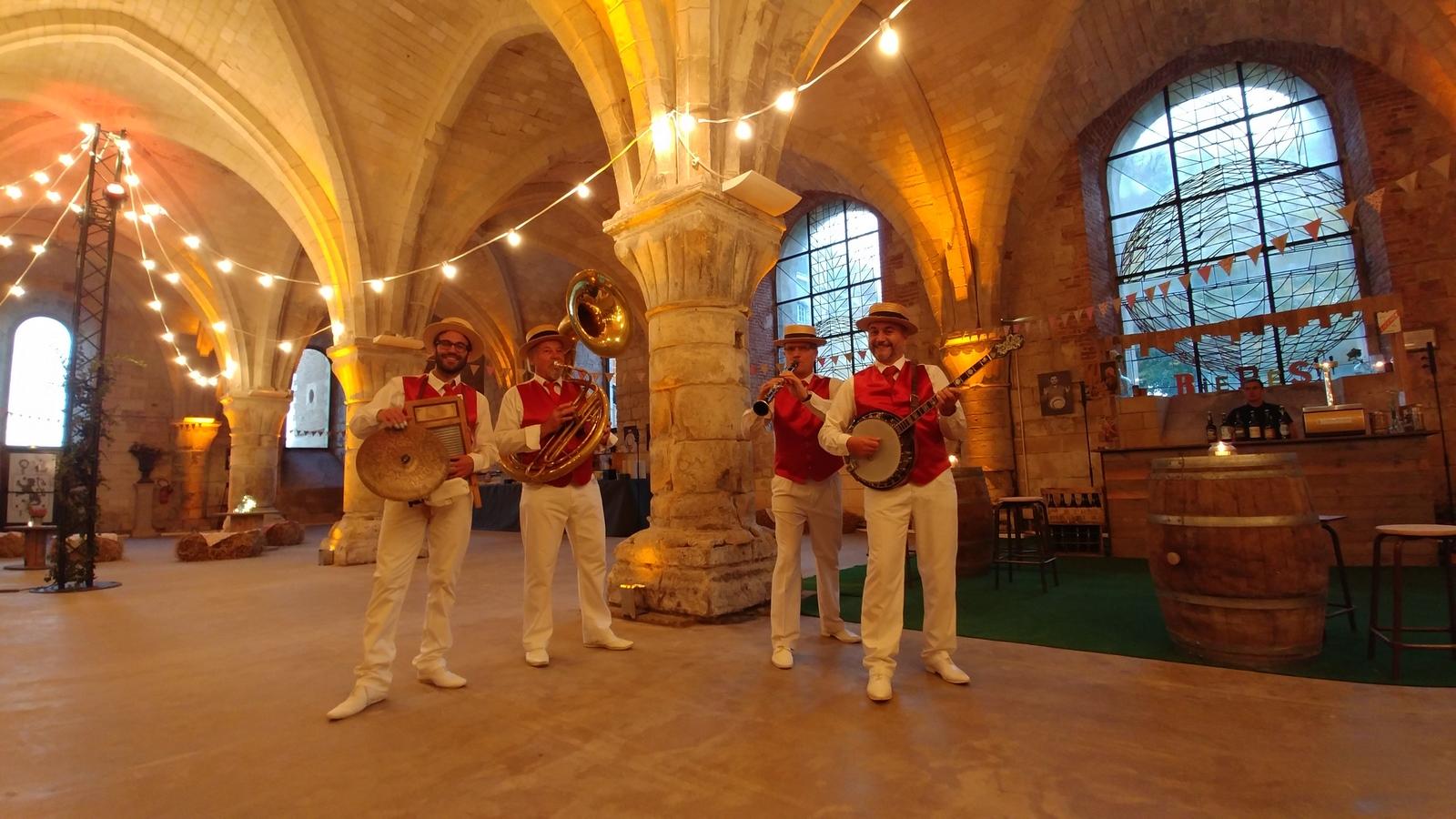 Jazz Band Dixieland Parade_Gilets rouges_Pantalon blanc